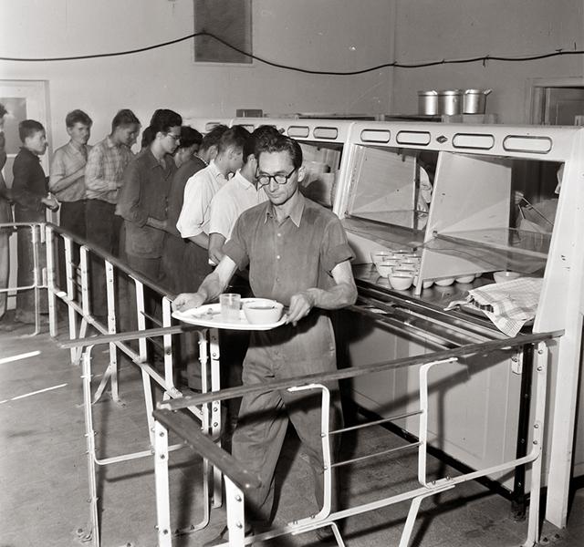 Egy önkiszolgáló étteremben, 1965-ben - Fortepan, CC BY-SA