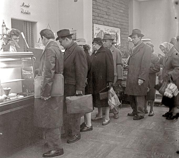 Sorban állás presszóban 1965-ben - Fortepan, CC BY-SA