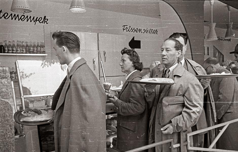 Sorban állás az önkiszolgáló étteremben 1960-ban - Fortepan, CC BY-SA