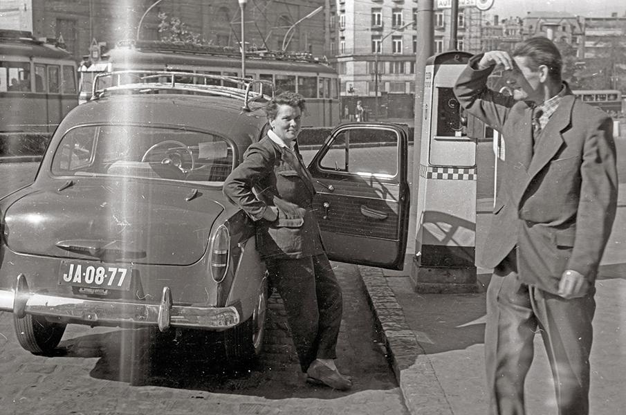 Várakozó autós a taxidroszton 1958-ban- Fortepan, CC BY-SA