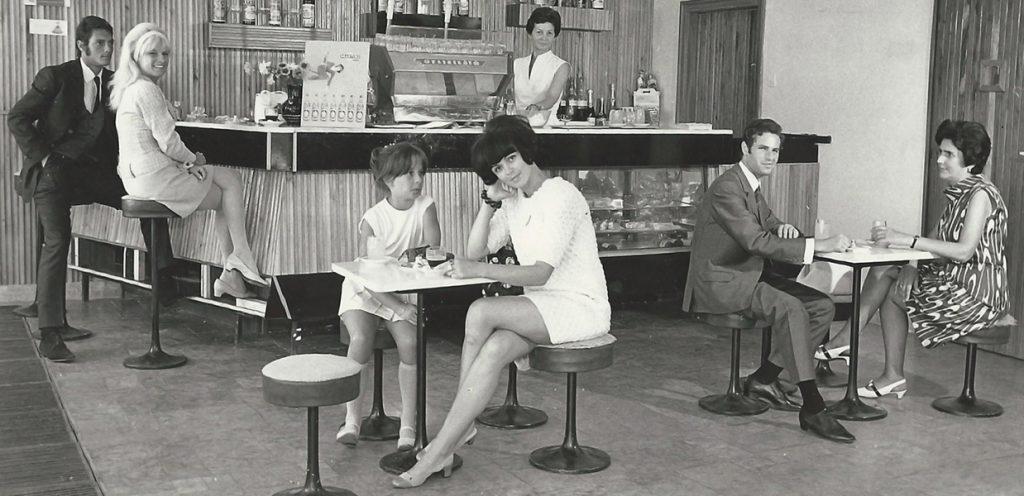 Várakozás az utasellátó büféjében (1970-es évek) - MKVM, CC BY-NC-ND