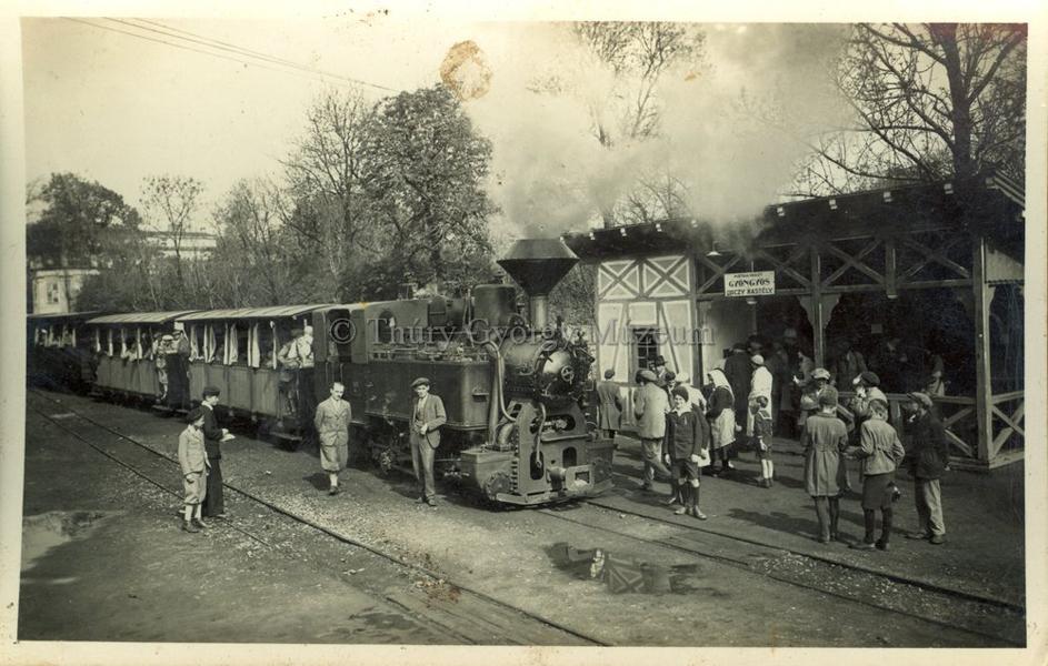 A gőzmozdonynál várakozók (1920-as évek)- Thúry György Múzeum, CC BY-NC-ND