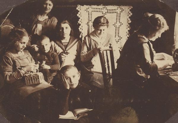 Kézimunkaszakkör, családi délután, varrógép, horgolás, diákfiú - Déri Múzeum, CC BY