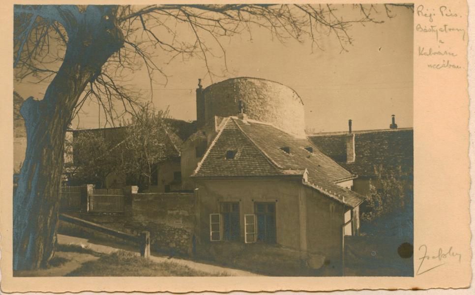 Bástya a Kálvária utcában az 1930-as években - Csorba Győző Könyvtár - Pécs, PDM