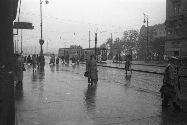 Esős utcakép a Jászai Mari téren - Fortepan, CC BY-SA