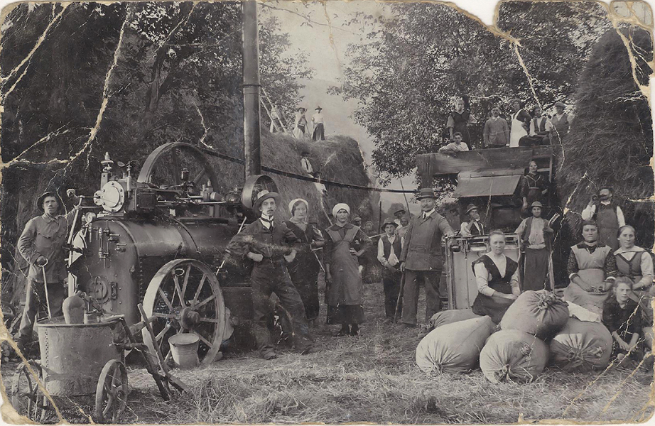 Gőzhajtású cséplőgépnél 1916-ban - Gömöri Múzeum; Putnok, CC BY-NC-ND