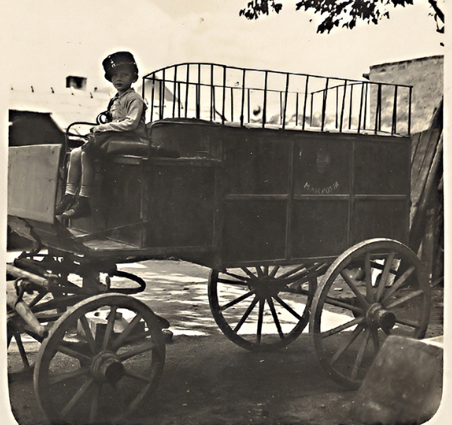 A putnoki postakocsi Friedl Lacikával - Gömöri Múzeum; Putnok, CC BY-NC-ND