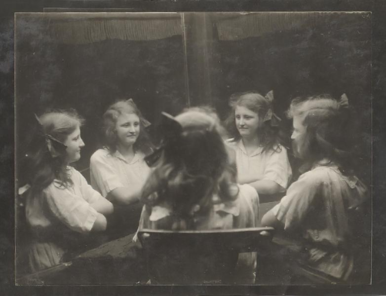 Kislány a sokszorozó tükör előtt 1914-ben - Gömöri Múzeum; Putnok, CC BY-NC-ND