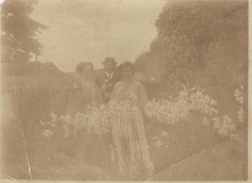 Kertben, úri ruhában, liliomok közt, 1910-ben - Gömöri Múzeum; Putnok, CC BY-NC-ND
