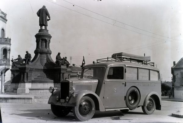 Pécsi utcakép mentőautóval - Fortepan, CC BY-SA