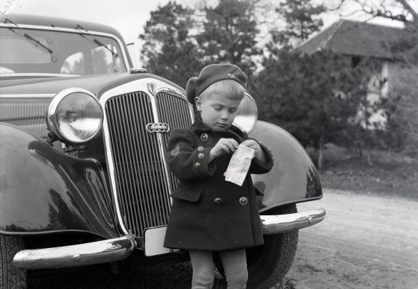 Kisfiú autó előtt - Fortepan, CC BY-SA