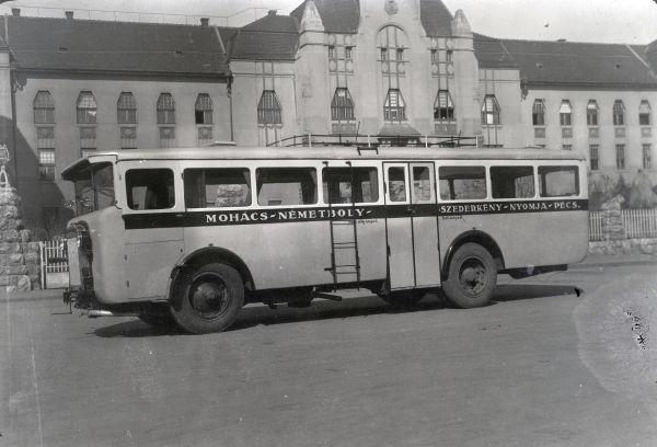 Rendelésre gyártott busz a Vasútigazgatóság előtt - Fortepan, CC BY-SA