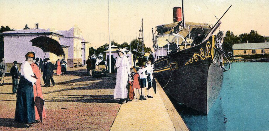A siófoki gőzhajó kikötőben (1916) - Balatoni Múzeum, CC BY-NC-ND