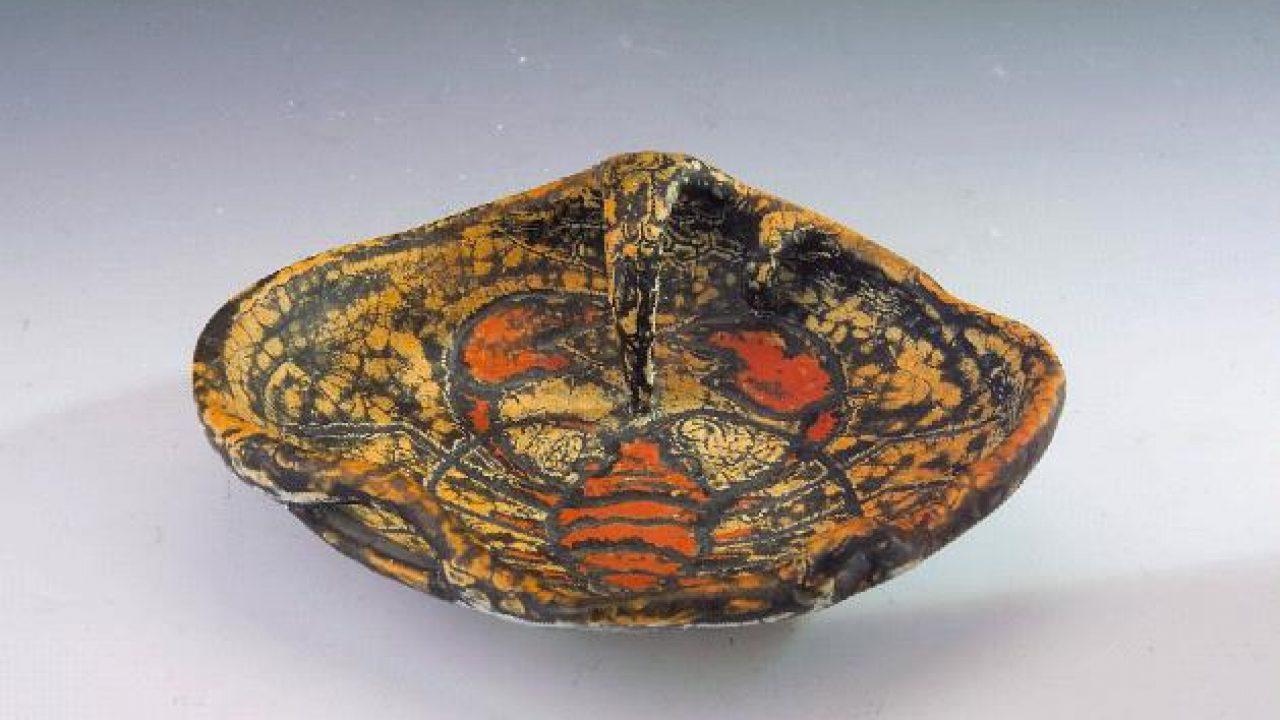 A kiállító a 20. századi magyar kerámiaművészet sokszínű virtuóza volt