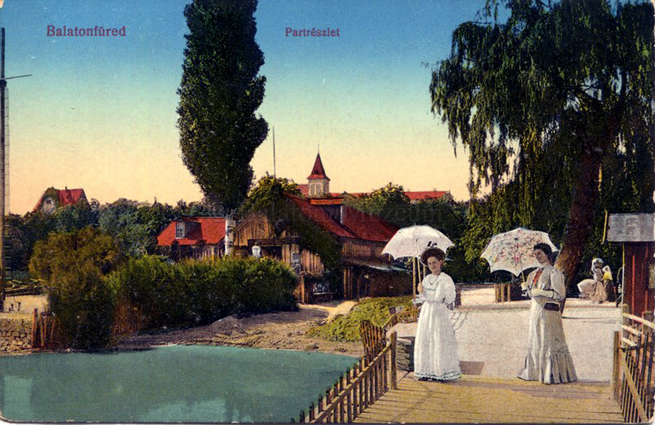 Parti séta Balatonfüreden, napernyővel (1913) - Balatoni Múzeum, CC BY-NC-ND