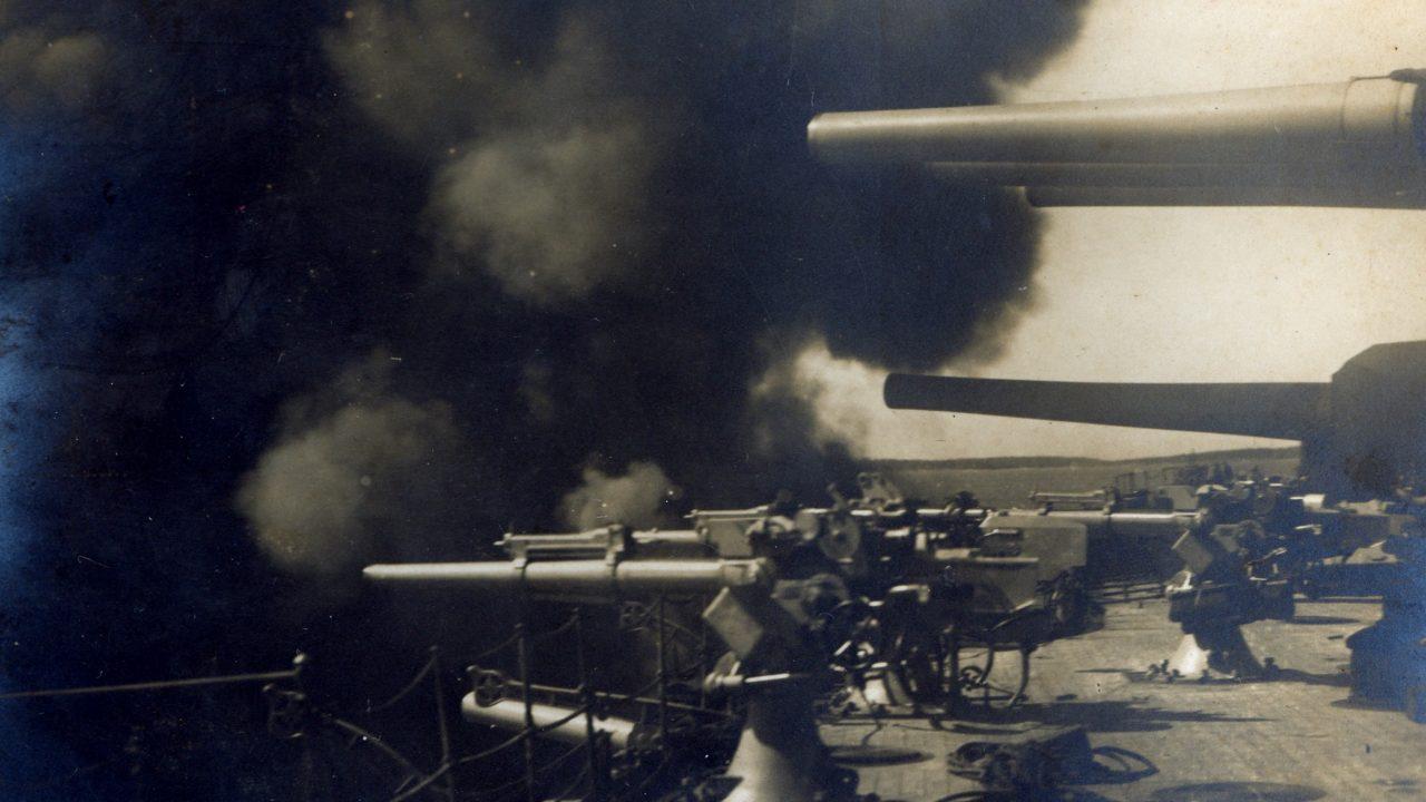 Beletrafált a vezérhajó reflektorába a magyar tüzér