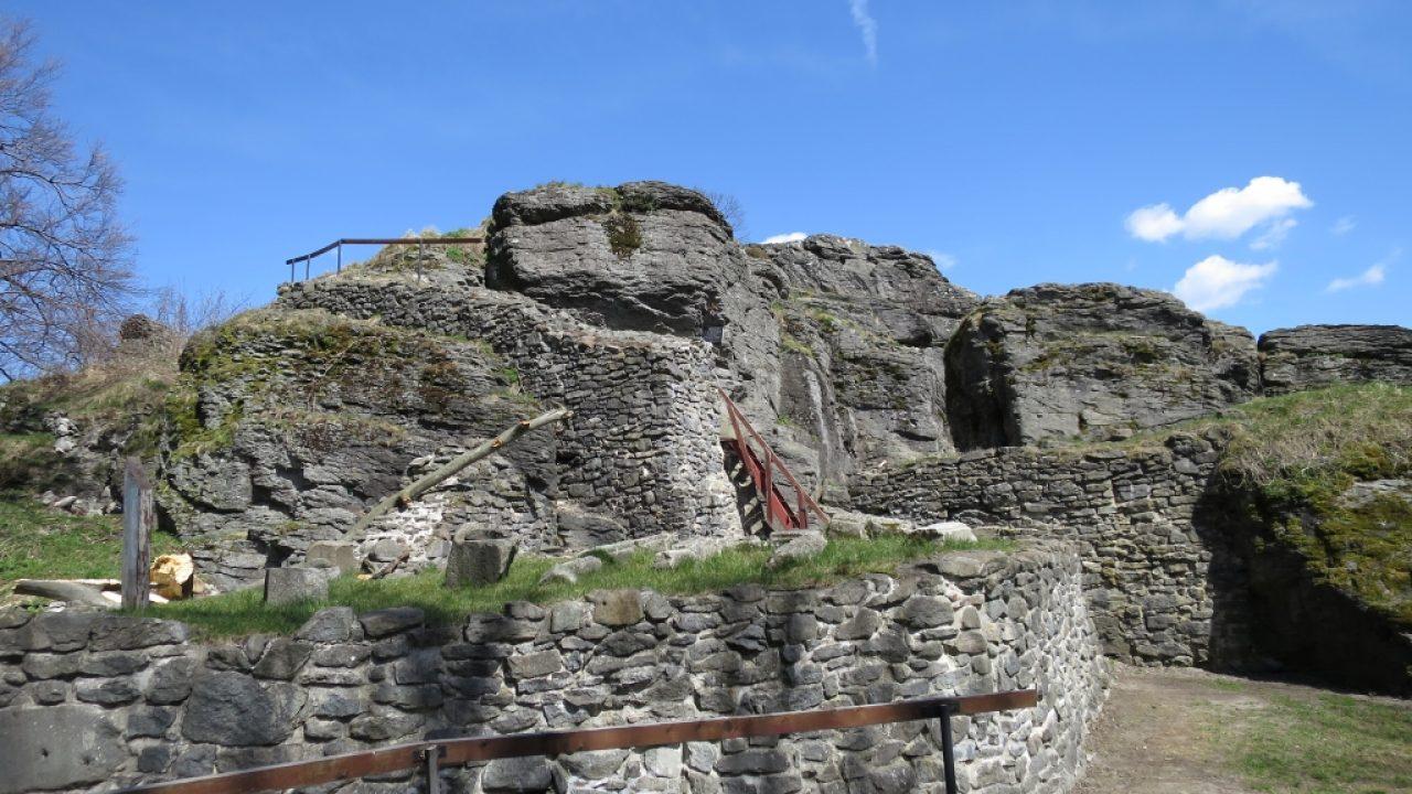 A vár romjai alatt vitézek várják, hogy közbeavatkozhassanak