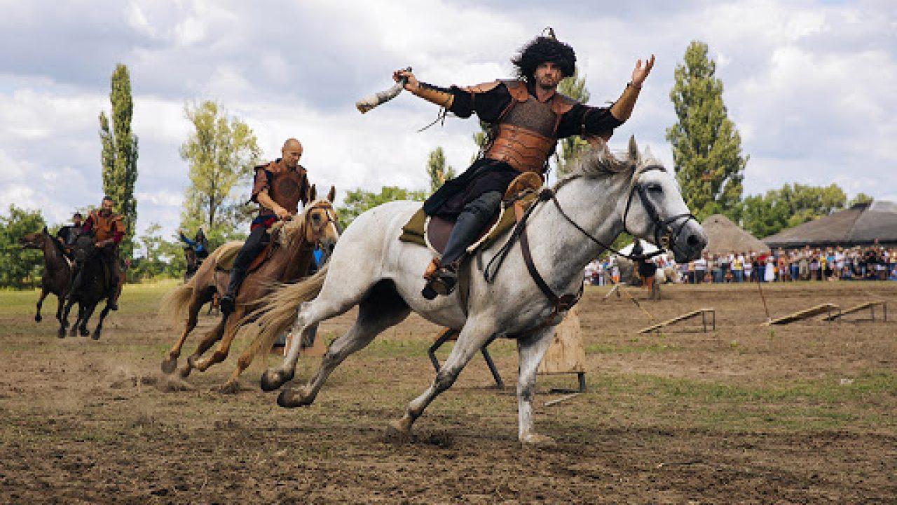 Szerveznek hadi és íjász bemutatókat, párbaj- és szablyavívó, lovas gyorsasági és lovasbirkózó versenyeket is