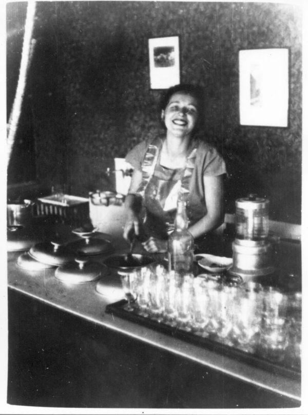 Dr. Murányi Ivánné fagylaltot mér, Caflisch cukrászda, Pécs, 1950 - Magyar Kereskedelmi és Vendéglátóipari Múzeum, CC BY-NC-ND