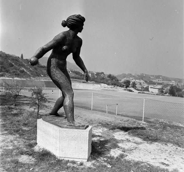Kislabdahajító szobor - Fortepan, CC BY-SA