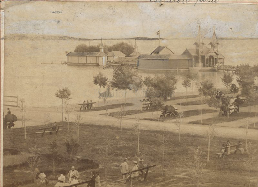 Keszthelyi szigetfürdő az 1890-es években - Balatoni Múzeum, CC BY-NC-ND
