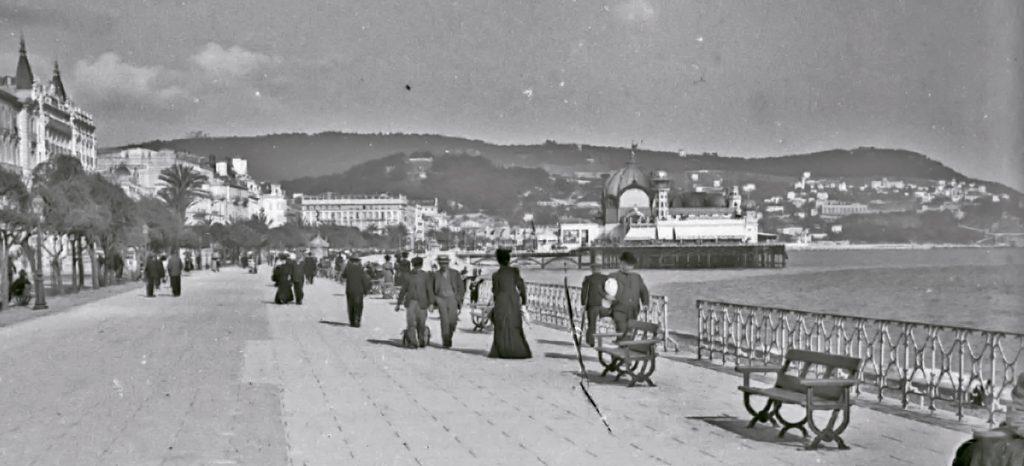 Séta a tengerpart közelében (1900-as évek eleje) - Kuny Domokos Múzeum, CC BY