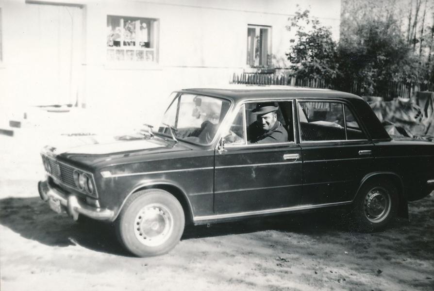 Büszke autós, Ladával - Thorma János Múzeum, CC BY-NC-ND mcitemPreviousNext