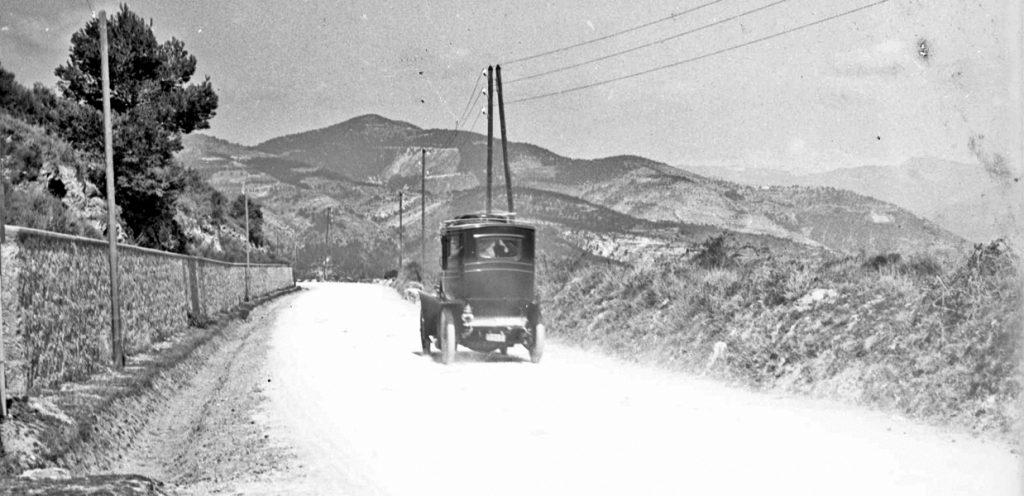 Autómobil az úton (1900-as évek eleje) - Kuny Domokos Múzeum, CC BY
