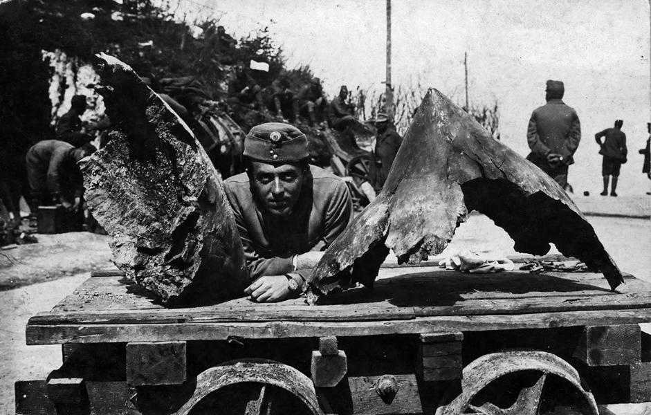 A 42 cm-es löveg repeszdarabjai mellett - Thorma János Múzeum, CC BY-NC-ND