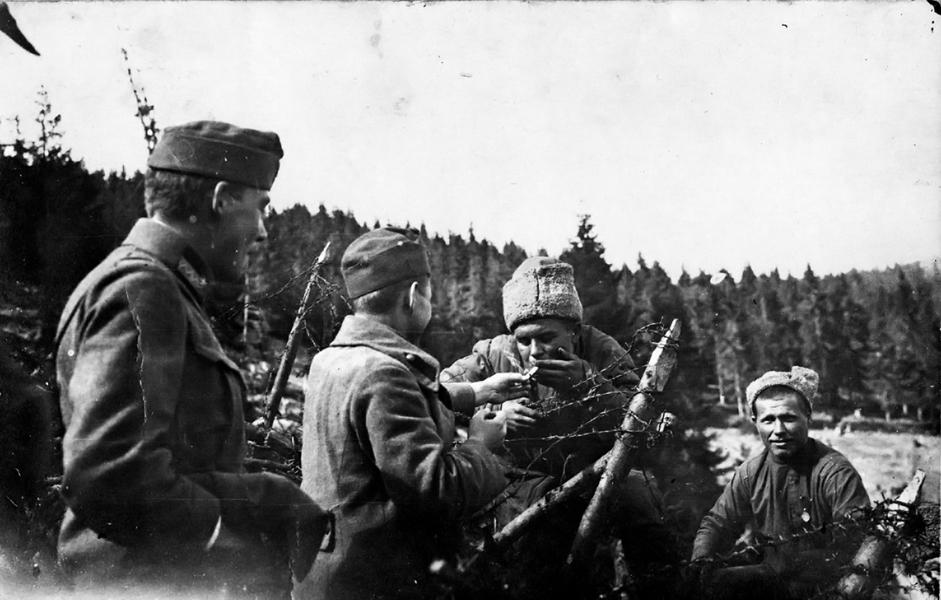 Barátkozás oroszokkal a drótkerítésnél - Gróf Esterházy Károly Múzeum, Pápa, CC BY-NC-ND