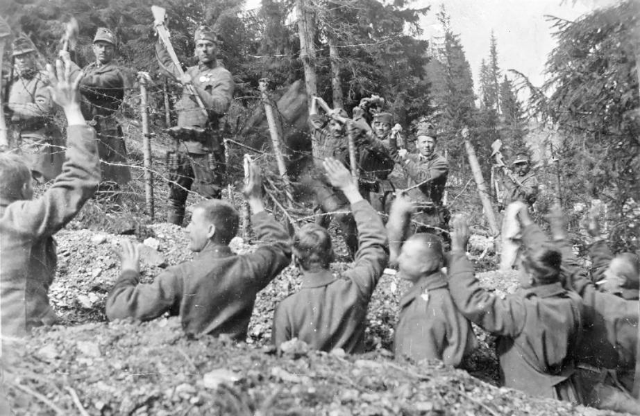 Katonák megadják magukat a lövészárokban - Gróf Esterházy Károly Múzeum, Pápa, CC BY-NC-ND