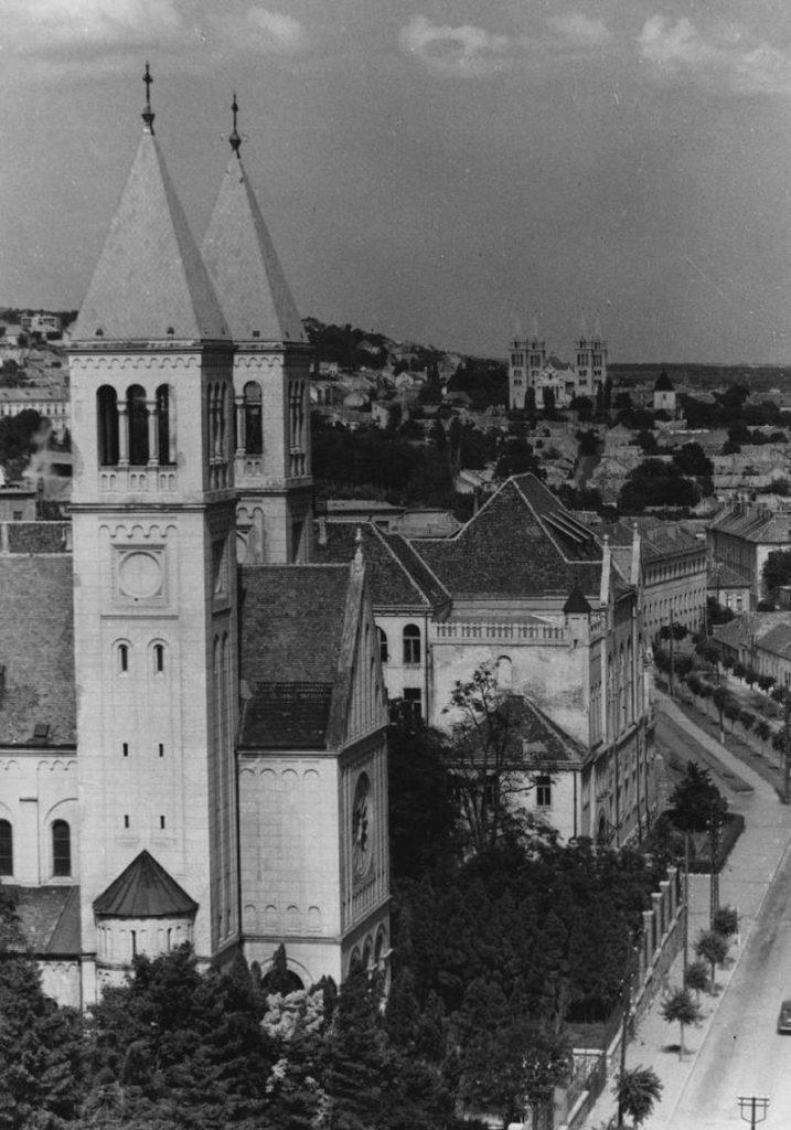 A Pius templom és a Tanárképző Főiskola - Csorba Győző Könyvtár - Pécs, CC BY-NC