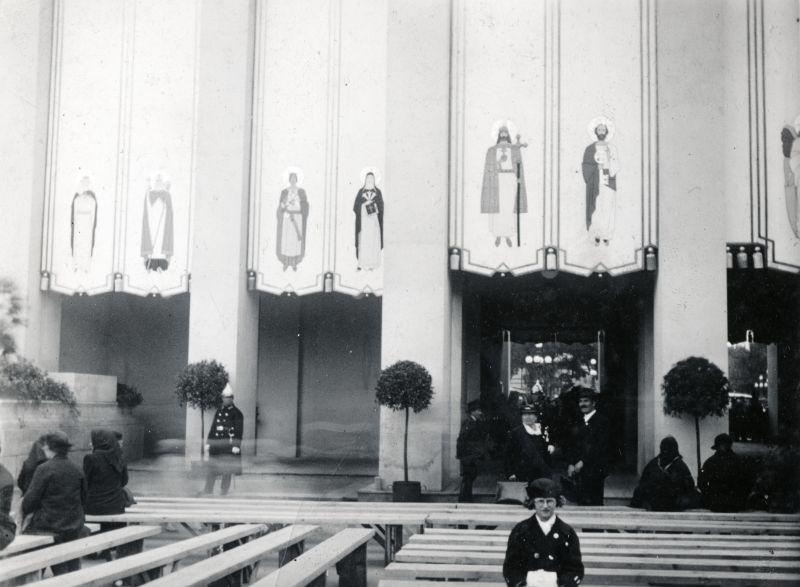 Hősök tere, a felvétel az Eucharisztikus Világkongresszus főoltára előtt készült - Fortepan, CC BY-SA