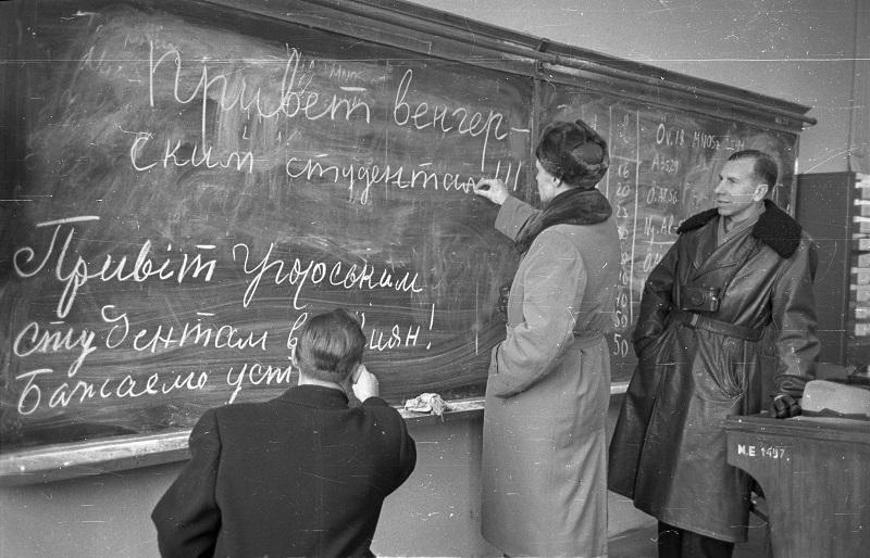 Iskolatábla orosz nyelvű szöveggel - Fortepan, CC BY-SA